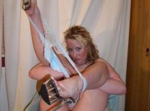Pose sexy : string sur les chevilles