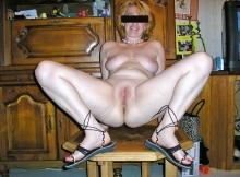 Exhib chatte sur la table de la cuisine - Femme divorcée