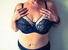 Grosse poitrine en soutiens-gorge - Femme Cougar