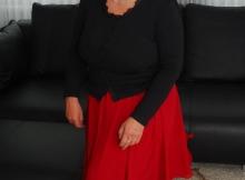 Robe rouge et collants - Femme seule