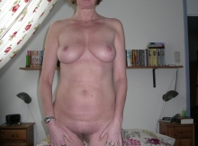 Debout toute nue - Femme mûre Lille