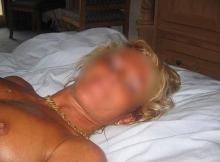 Femme mature Bordeaux : allongée sur le lit