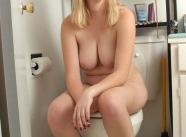 Femme aux toilettes - Femme nue