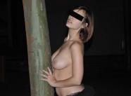 Seins nus contre un arbre - Couple échangiste