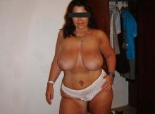 Gros seins à l'air - Femme cougar