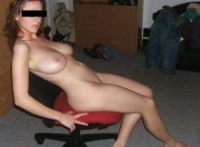 Exhib sur le fauteuil de bureau - Femme chaude