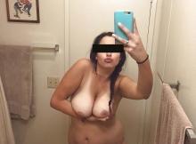 Selfie salle de bains - Femme pulpeuse