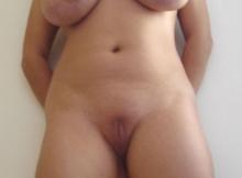 Gros seins et chatte rasée - Femme pulpeuse