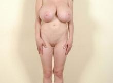 Femme chaude toute nue (énorme poitrine)