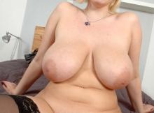 Grosse poitrine et belle chatte - Femme chaude
