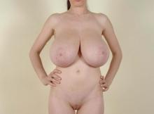 Poitrine énorme et chatte lisse - Femme chaude