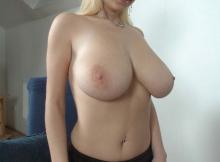 Beaux seins gros et laiteux - Femme chaude