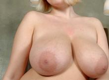 Gros seins laiteux et gros mamelons
