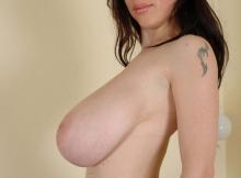 Gros seins naturels de profil - Femme chaude