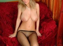 Femme chaude gros seins abaisse ses collants