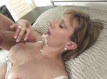 Femme mature suce et avale