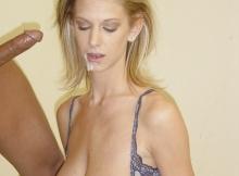 Éjaculation faciale femme blonde