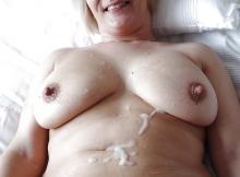 Sperme sur le corps d'une femme mature