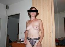 Petite poitrine nue - Femme cougar