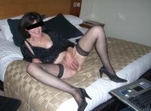 Vieille cougar s'exhibe sur le lit