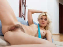 Belle blonde - Chatte poilue