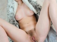Jambes écartées - Femme poilue