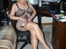 Femme mature en porte-jarretelle et corset