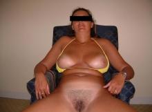 Femme seins à l'air en bikini - Plan sexe