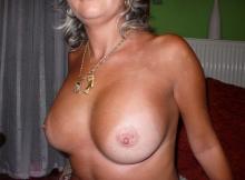 Femme chaude montre ses seins