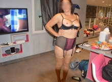 Femme en lingerie regarde un film porno