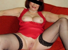 Femme cougar exhibe sa chatte lisse
