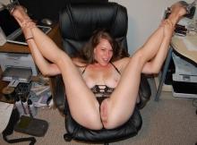Femme chaude écarte les jambes