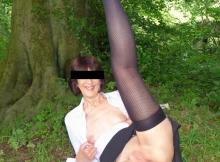 Femme dévergondée exhibe nue dans les bois
