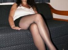 Jambes croisées en collants - Gros seins