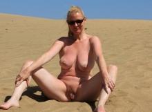 Nue dans le désert - Femme cougar