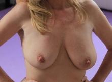 Belle poitrine naturelle - Femme cougar