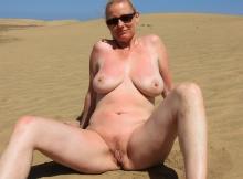 Chatte à l'air sur la sable - Femme cougar