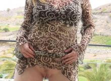 Femme cougar en robe sans culotte