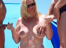 Une bite dans chaque main - Cougar à la plage