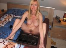 Femme cougar exhibe sa chatte en webcam