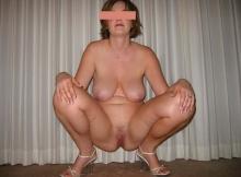Femme infidèle accroupie nue