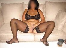 Femme mûre à Paris : caresse le minou sur le canapé