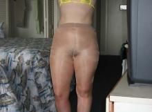 femme en collants sans culotte et bikini jaune