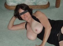 Cougar montre ses seins