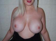 Blonde platine, seins énormes - Top coquine