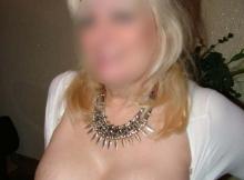 Beaux seins encore durs - Femme mature
