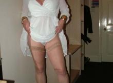 Femme mature en talons et bas nylon