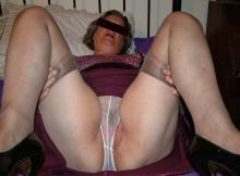 Jambes écartées en culotte - Femme mature