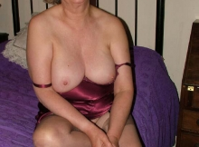 Nuisette, seins à l'air - Femme mature