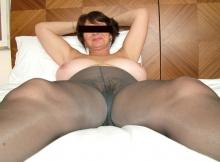 Femme mature quasiment nue, en collants